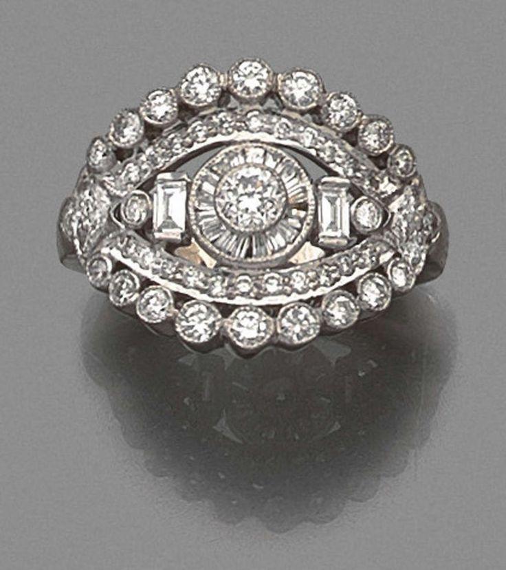 BAGUE DIAMANT à plateau incurvé de forme ovale richement pavé de diamants taille brillant et ba