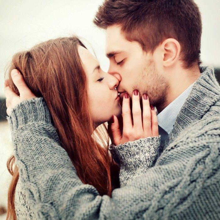 novios besandose de manera tierna