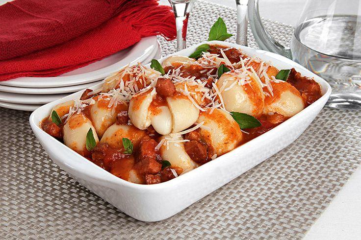 A receita do nhoque de batata recheado com mussarela ao molho de calabresa é superfácil! Clique e confira!