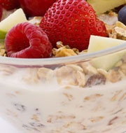 Vollkornmüsli mit frischen Früchten: eine köstliche und ausgewogene Mahlzeit mit Provamel