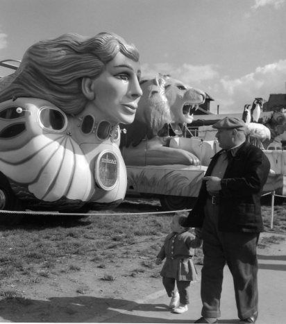 Fête foraine 1955. Robert Doisneau.                                                                                                                                                                                 Plus