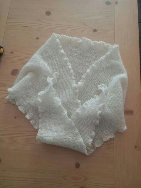 Morbida e calda sciarpa in cashmere e seta.  Lavorata ai ferri.  È possibile scegliere il colore.  Per informazioni: Cell: 347 1320100 Email:  nonnariccardo@gmail.com