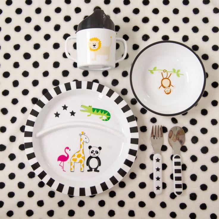 Ein Geschirrset, mit dem unseren Schleckermäulchen ganz sicher nie langweilig wird. Das hochwertige Kunststoffset aus Teller, Schale, Becher und Besteckset leistet im Kindergarten oder beim Picknickausflug Gesellschaft, da es herrlich robust und a