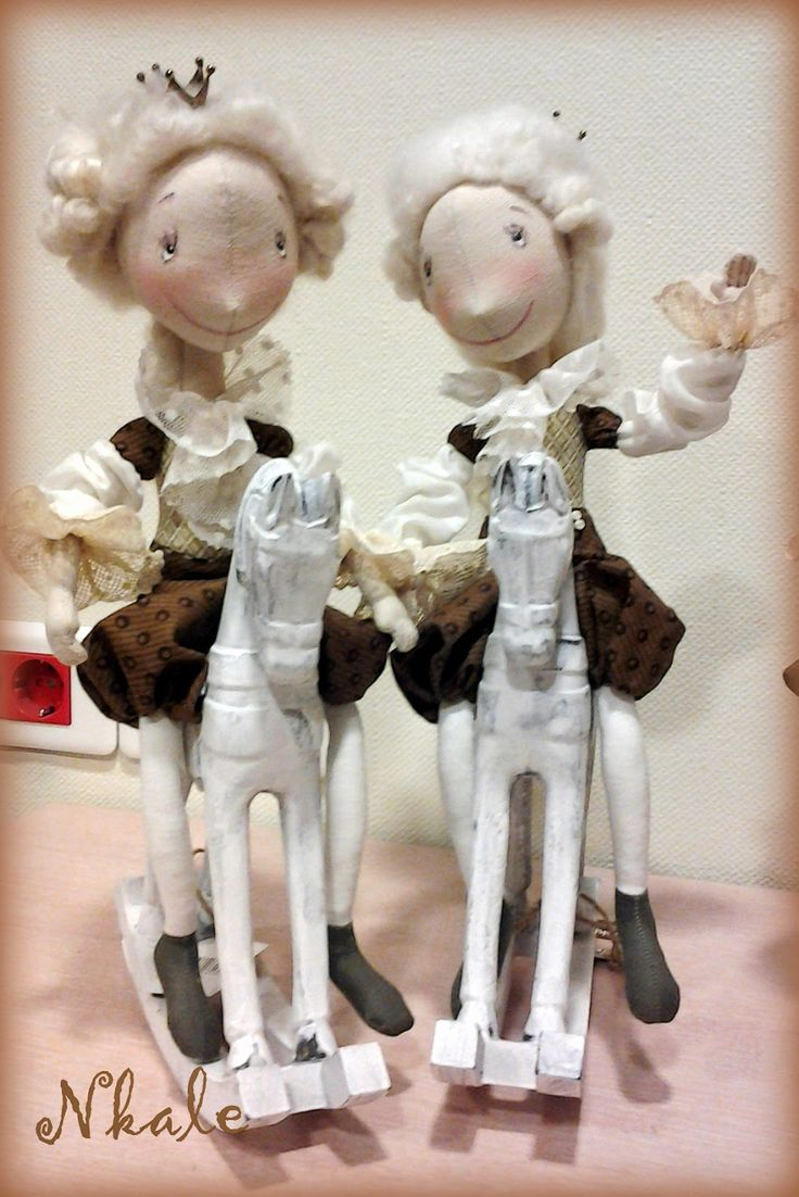 Вот такая стайка Прынцев и Прынцесс (одна - в мятном - осталась за кадром))  Как-то сами они разбежались по парам-тройкам, сплетничают...