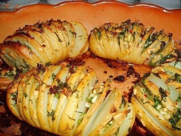 КАРТОФЕЛЬНЫЙ ГАРНИР   Ингредиенты:   – картофель (по количеству персон)   – чеснок   – укроп   – петрушка   – перец красный стручковый   – растительное масло   – соль (количество ингредиентов - по вкусу)   Приготовление:  Мелко нарезаем чеснок, зелень, перец. Солим, заправляем растительным маслом и перемешиваем.Надрезаем картошку ломтиками толщиной 2-4 мм не до конца, а так, чтобы она могла развернуться веером. Для такого нарезания картофелину удобно поместить на ложку - края ложки не дадут…