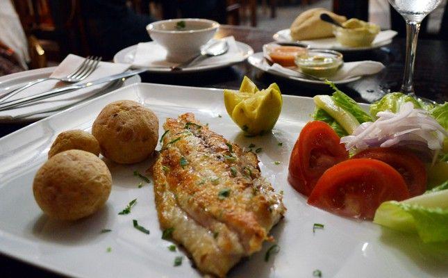 La vieja (poisson) accompagnée de mojo rojo (sauce typique des Canaries) et de papas arrugadas (pommes de terre cuites avec leur peau) est un plat typique de Fuerteventura
