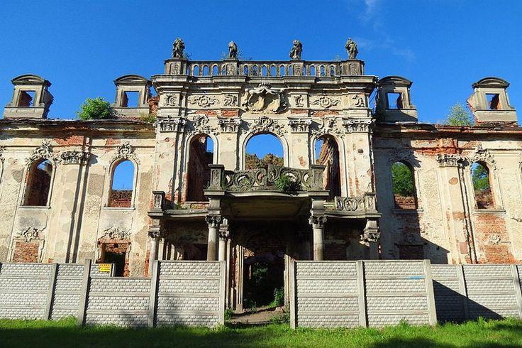 Goszcz (powiat Oleśnica) Po wojnie padł ofiarą szabrowników, którzy w 1947 roku prawdopodobnie podpalili pałac, by zatrzeć ślady grabieży. Dzieła zniszczenia dokonali dziurawiący ściany poszukiwacze skarbów, bandyci plądrujący rodowe mauzoleum Reichenbachów, wreszcie… służby konserwatorskie. Za ich zgodą w latach 60. zburzono oranżerię, pawilon i inne budowle parkowe.
