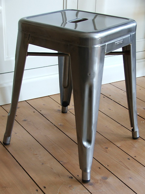 "Tolix Hocker Metall / Fabrikdesign aus Frankreich: Stuhltyp: ""Tabouret H45"" - Material : Stahl - Farbe: Metall klar lackiert"