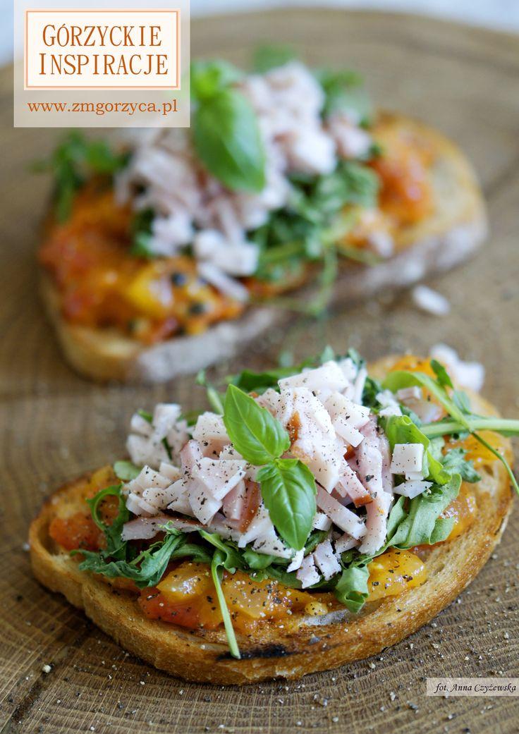 Kanapki nie powinny być nudne. Grzanki z dżemem pomidorowym z nutą pomarańczy, rukolą i polędwicą sopocką http://www.zmgorzyca.pl/gorzyckie-inspiracje/sniadanie/481-grzanki-z-dzemem