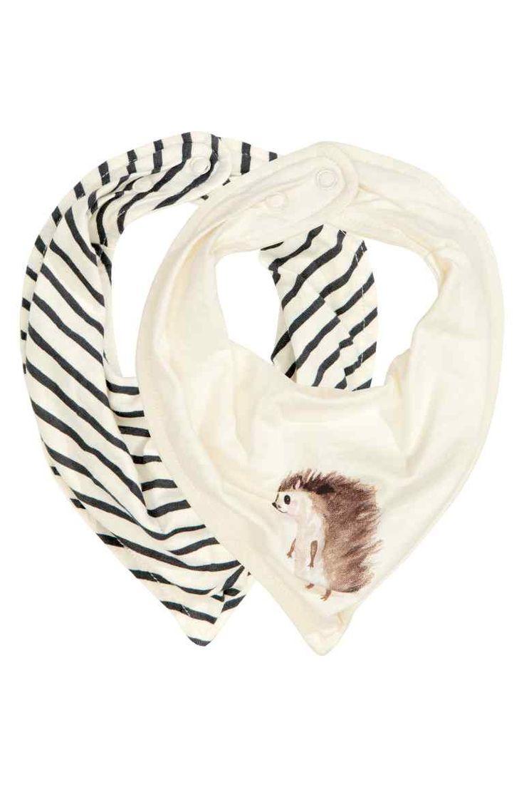 Pack de 2 lenços triangulares: CONSCIOUS. Lenços triangulares em jersey de algodão orgânico macio com fecho ajustável por meio de molas de pressão atrás do pescoço.