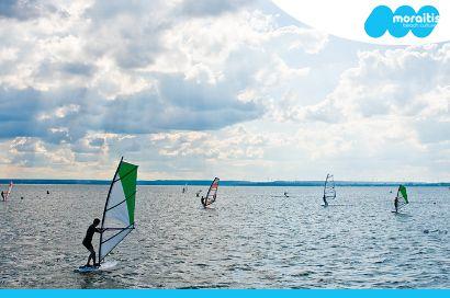 Ανεβάστε την αδρεναλίνη σας στα ύψη μαθαίνοντας ένα από τα πιο εντυπωσιακά και συναρπαστικά θαλάσσια σπορ! Με ένα κουπόνι αξίας 2€ εξασφαλίζετε έκπτωση 40% σε μαθήματα Windsurf σε έναν επίγειο παράδεισο στο Moraitis Beach Culture στην παραλία του Σχοινιά
