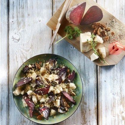 Verwarm de oven voor op 220°C. Laat de quinoa circa 30 minuten wellen in koud water. Snijd de bieten en uien in gelijke parten en schud ze om met de olijfolie, tijm, wat grof zout en peper. Spreid uit op een bakplaat en rooster circa 30 minuten in het midden van de oven. Schep tussendoor een keer om. Bereid de quinoa verder volgens de aanwijzingen op de verpakking. Meng de quinoa, bieten, uien, kaas en peterselie voorzichtig door elkaar en breng op smaak met zout en peper. Bestrooi met de…
