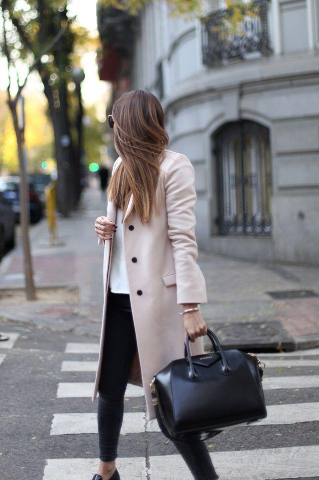 Tan coat + black skinny jeans outfit.