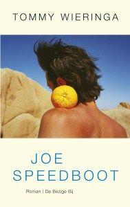 'Joe Speedboot', de vierde roman van Tommy Wieringa, enterde in januari 2005 de Nederlandse literatuur – een beetje zoals de titelheld het dorp aan de rivier waar het verhaal zich afspeelt: met geweld en zwier.