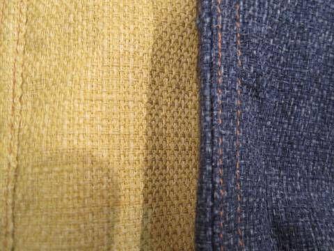 プリペラ  太い糸と細い糸の交織によって立体感を表わした織物である。英語表記ではpripela。 もともとは毛織物であるが、杵蚕絹(さくさんぎぬ)の細糸や綿や毛の特紡糸など、最近では綿の太糸と細糸を使ったものなどがある。  たて、よこともに太い糸と細い糸を混用するという使い方をして表面に凹凸を表わす。太い糸をさらに立体的に見せるために太い方の糸に節糸(スラブヤーン)を使ったり、梨地織にしたり、またはドビーで特に太糸を表面に浮き出るような織り方にしたりする場合もある。  一般的には細い糸で織目をごく粗く平織にし、これに節のある太い糸を5-7mm間隔に格子状に織ったものが多い。毛織物では細い方に30番手、太い方に10-15番手(またはそれのスラブヤーン)、綿織物では24-40番手が細い方、太い方は12番手、またはそれらを引き揃えてさらに太くする、という使い方がある。  #アパレル #ファッション #ファッション用語 #wiki #生地 #織物 #織布 #マテリアル #テキスタイル #apparel #fashion #material #textile #fabric #woven