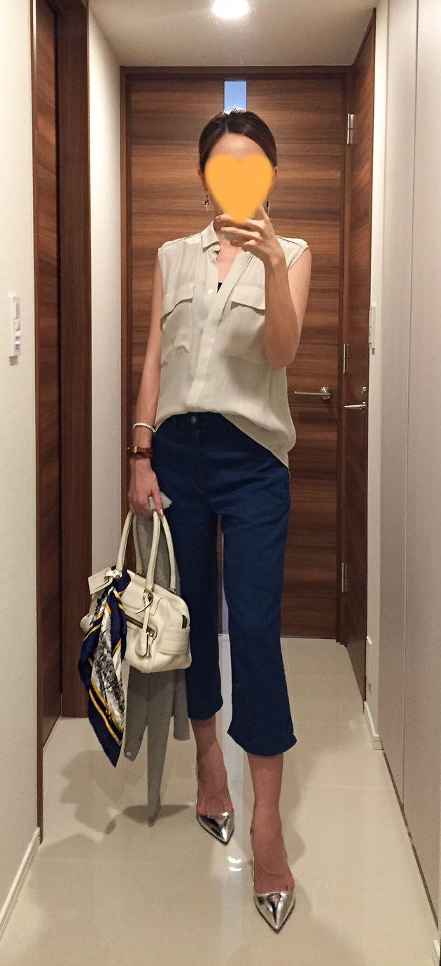 Beige shirt: Des Pres, Denim pants: ZARA, White bag: J&M DAVIDSON, Silver pumps: PRADA
