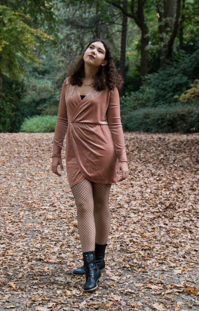 Stilbruch: Samtkleid mit Netzstrumpfhose kombinieren, Casual Look im Fashionblogger Stlye, schick trifft grungy, Streestyle Look, Modeblogger