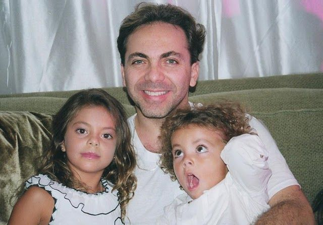 El cantante mexicano Cristian Castro asegura que está viviendo la etapa más bonita de su vida rodeado del amor de su pareja de hijos Simone y Mikhail.