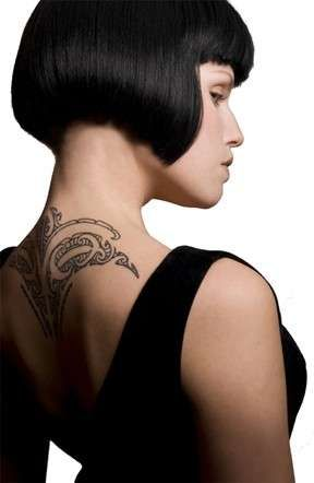 Tatuaggio raffinato - Davvero raffinato questo tatuaggio che decora nuca e prime vertebre dorsali