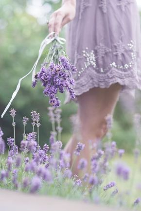 ..LAVANDE COLOR Y FLOWERS **+ Lavender coloured dress and lavender flowers, lovely!