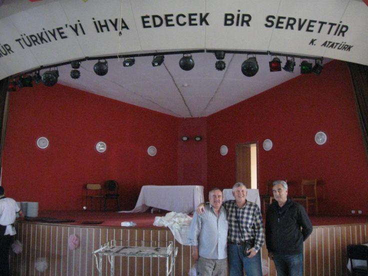 Düğün Salonunda,Garson Turan(Sonradan Çamaltı Mahallesi Muhtarı olmuştu).Ben ve Nevzat Sevgili ile birlikte.