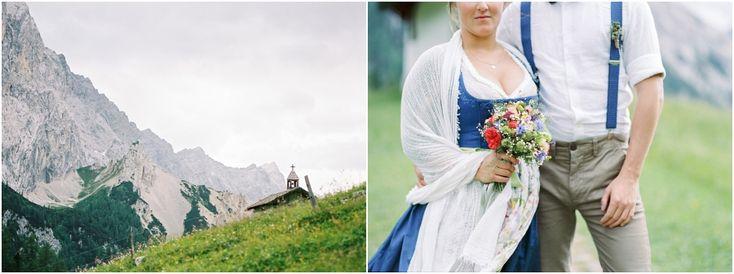 Siegrid Cain Hochzeit Tirol Austria Karwendel Tracht Tattoos Brautkleid Gössl Gebirge Sommer Verliebt Grauvieh Edelweiss Alpine Almhütte alternative Hochzeit barfuss Sommerblumen Brautstrauss_0010.jpg