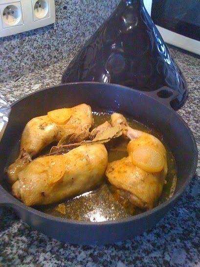 Gebakken kippenbillen met curcuma en citroen. Bak de billen buin in olijfolie, kruiden met curcuma is een heel gezond kruid, leg schijfjes opgelegde citroen op de billen. In een tagine zal het vocht de billen goed sappig houden.