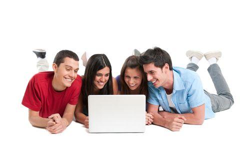 De acuerdo con Millward Brown, los jóvenes pasan más de cuatro horas en Internet al día, motivo por el cual, navegar por la red la consideran como una actividad indispensable en su vida.