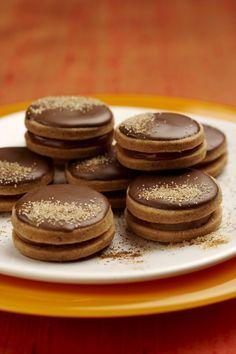 Skořicová kolečka s karamelovou náplní  - - -  Seznam surovin mouka pšeničná hladká 200 gramů máslo 120 gramů žloutek 2 kusy cukr 60 gramů skořice 1 lžička mouka pšeničná hladká (na vál) Na náplň:  bonbony 90 gramů (Toffo (Orion)) smetana na šlehání 1/2 decilitru máslo 50 gramů (změklé) Na ozdobení:  čokoládová poleva tmavá cukr skořicový