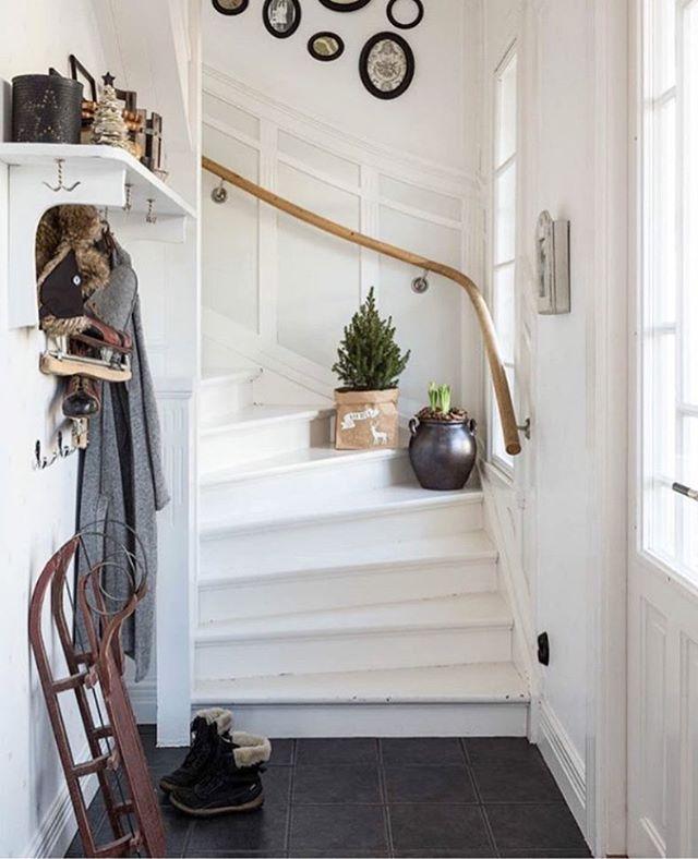 Avslutar den här kvällen på @tradgardsgatan6 någonstans ganska nära där jag växt upp. Hon inreder så himla snyggt - in och kolla!! Och dela för hon har SFS just nu. #interior #interiordesign #interiors #inspo #inspiration #notmypic #gofollow #trappa #stairs #winter #white