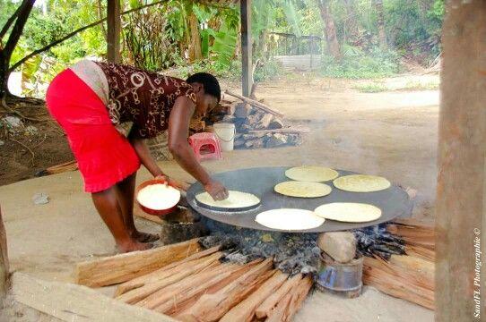Guyane : Saint-Laurent du Maroni Préparation des galettes de couac