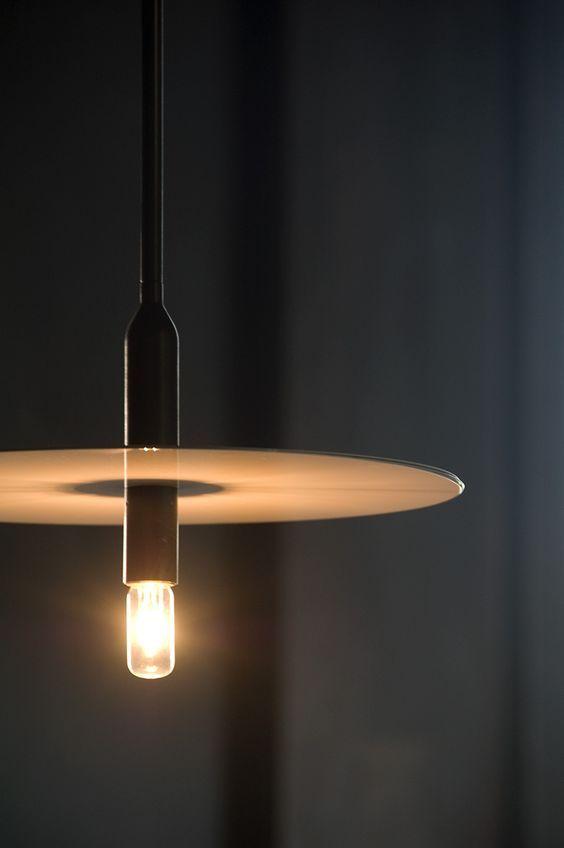 Strakke en moderne design hanglamp met LED lichtbron in armatuur #lighting #modern #design