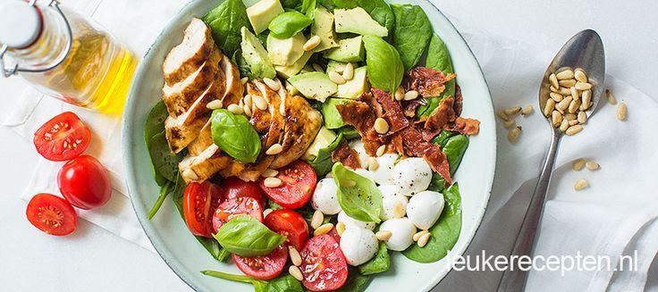 Makkelijke goed gevulde kom salade met tomaat, mozzarella en kip