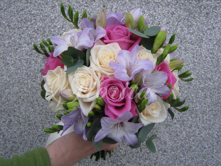 Svatební kytice z růží dvou barev a frézií