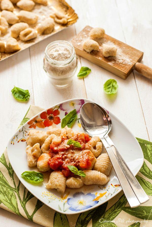 Gnocchi di patate senza uova con farina integrale e con sugo leggero al pomodoro