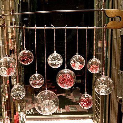 Les boules transparentes, accueillent petits cadeaux ou décorations pour orner le sapin.