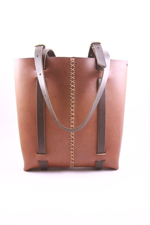 rugged leather tote bag. tote bag. leather por underthetreeithaca