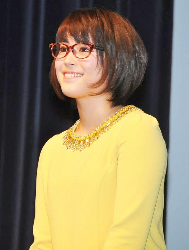 眼鏡姿も似合う知的な広瀬アリス。