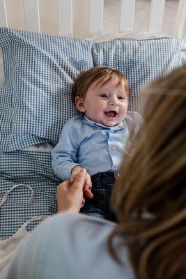 mamma e neonato riitratti da fotografo di famiglia a Milano