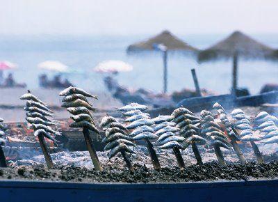 Espeto de sardinas -La cocina malagueña es un compendio de toda la gastronomía de la provincia y se encuadra dentro de la dieta mediterránea.