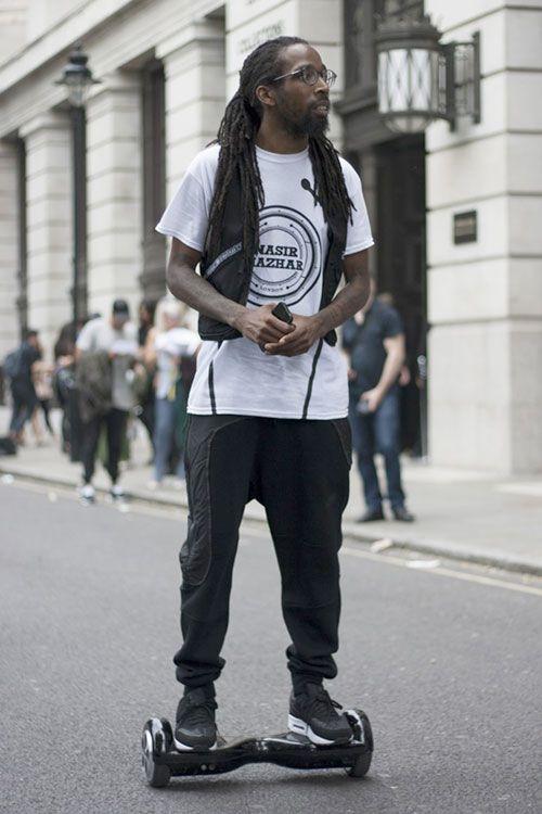NASIR MAZHARの白Tシャツ×黒スウェットパンツ×Nikeエアマックス1 Woven黒