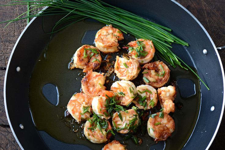 There are hundreds of tasty recipes to cook your shrimps from all around the world but today I am going for the simplest since we want something tasty and quick!