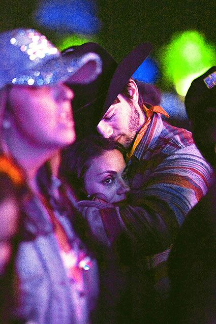 Ashton Kutcher and Mila Kunis dance and cuddle at Stagecoach Music Festival! Too charming.