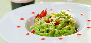 Scialatielli home made con pesto di spinaci, riduzione al vino rosso e fragole, mandorle e mentuccia