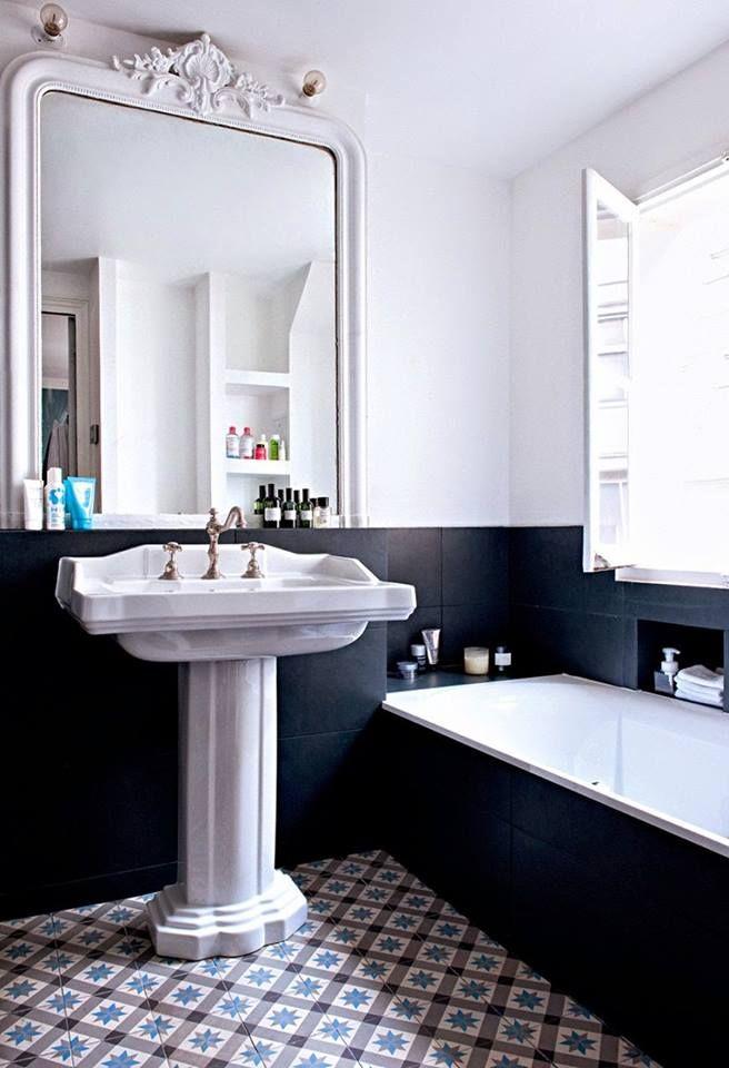 Lavabo Vintage Grand Miroir Et Carreaux De Ciment Le Trio Parfait Pour Une Salle De Bain Stylee En 2020 Salle De Bain Noir Et Blanc Salle De Bain Retro Et Salle