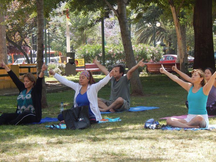 Clases de yoga al aire libre impartidas en Plaza Ñuñoa.