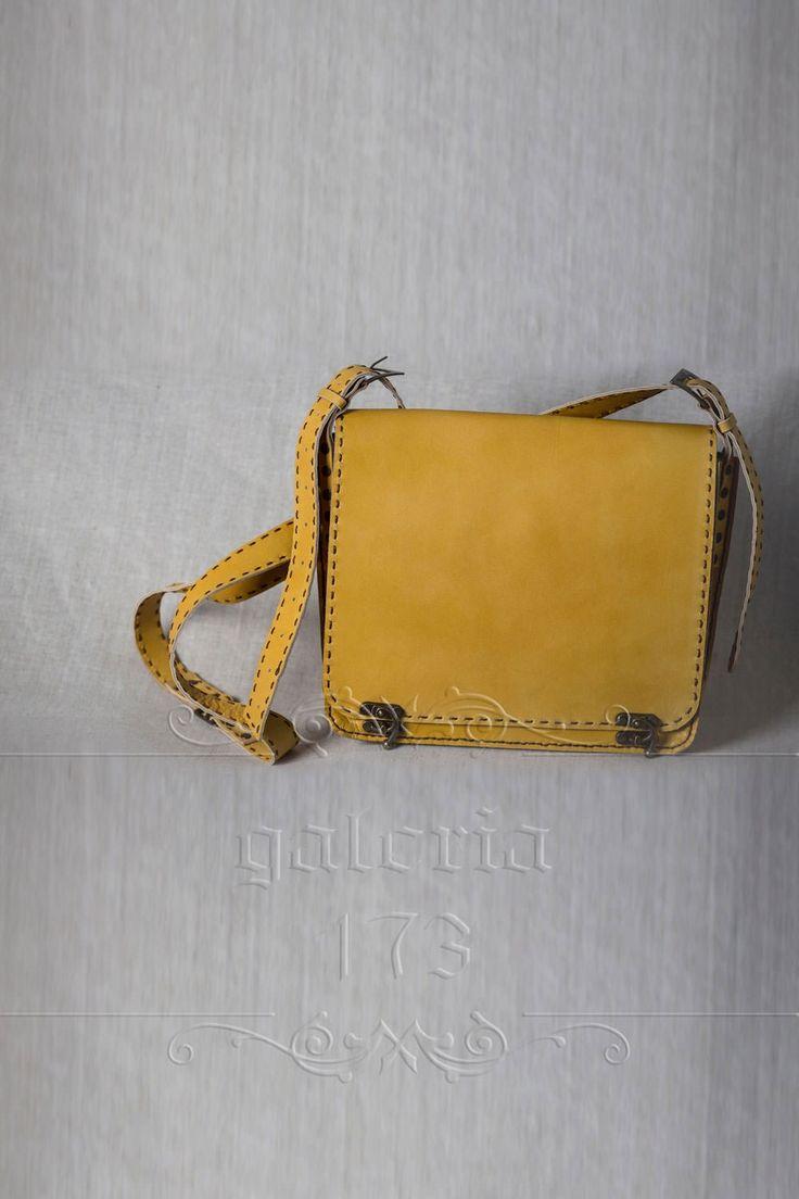 Geanta din piele naturala, galben nud, realizata manual. Pielea este dublada. Dimensiuni: L 25 cm / h 22 cm / l 7 cm.
