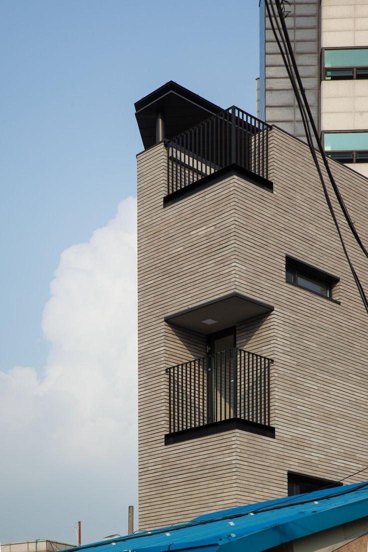Click Images to Slide ShowMicro Housing K, Seoul | 마장동 협소주택, 서울20평의 대지, 건축에 10평이 허락된 초소형 부지에 한 가족의 보금자리와 스튜디오, 그리고 임대용 2가구를 수용할 수 있는 계획안을 제안하였다.경사진 대지에 맞물린 지하층은 선큰마당을 포함한 2인 주거로, 지상층들은 4m 남짓한 층고를 가진 복층으로 계획되었다.협소한 부지의 한계를 지하층은 건폐율 불포함이라는 요소로, 지상층은 복층이라는 요소로 극복해 효율성을 확보하고자 했다.복층을 도입하면서 건축의 높이는 대지의 품에 비해 지나치게 높아지게 되었고, 볼륨의 상승감으로 인한 비례감 약화를 마감과 디자인으로 극복하려 했다.주 외장재인 콘크리트블럭은 가로 줄눈만을 살려 수평성을 입혔고, 지붕 캐노피 역시 무거운 색상과 수평적 디자인을 통해 머릿돌 역할을 하게 하였다.작은 볼륨에 걸맞는 최소화된 재료 구성, 동네 풍경...