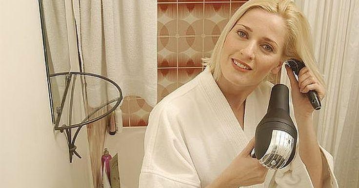 Como alisar o cabelo com um secador. Quer acalmar o frizz ou endireitar seus cachos por um dia? Não é tão difícil de fazer. Tudo o que você precisa é de uma escova redonda, um secador de cabelo, alguns produtos e cerca de 30 minutos.