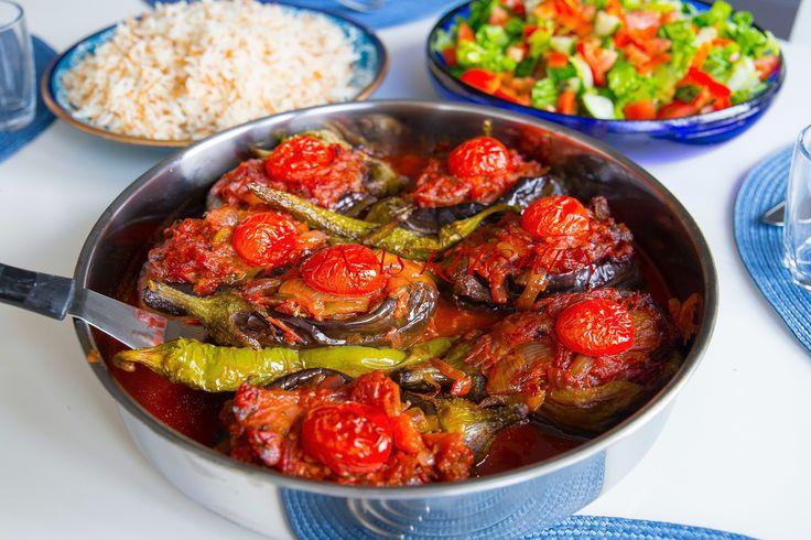 Imam bayildi är en turkisk favorit. Det finns en liknande rätt HÄR! som heter karniyarik, den görs med färs. Jag älskar den vegetariska varianten, smakerna är fantastiska. Du kan avnjuta rätten med sallad, ris, bulgur eller bröd. 6 portioner 6 st små aubergine eller 3 stora Fyllning: 2 st lökar 2 st sivri (turkisk paprika, kan uteslutas eller ersättas med 1 grön paprika) 4 st tomater 4 st vitlöksklyftor 1 liten knippe persilja 1 msk tomatpuré 2 tsk chili- eller paprikapulver Salt & peppa...